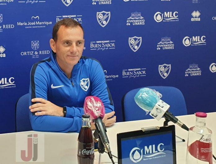Alberto González, técnico del Linares Deportivo,en rueda de prensa previa al partido ante el Yeclano