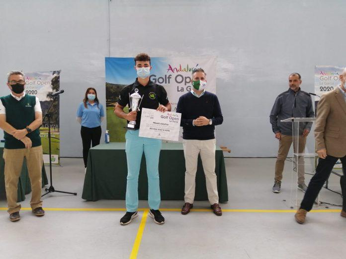 Eduardo Lozano recibe el premio de la Andalucía Open Golf de manos del delegado de Deporte, Antonio Sutil./ J. ANDALUCÍA
