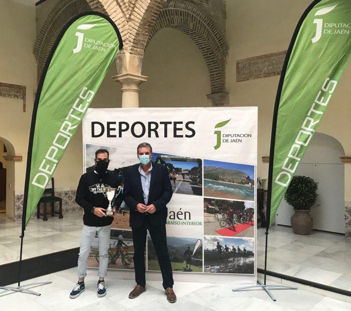 Javier Collado, ganador en la categoría veterano cross largo, junto al diputado de Cultura y Deportes, Ángel Vera./ DIPUTACIÓN JAÉN