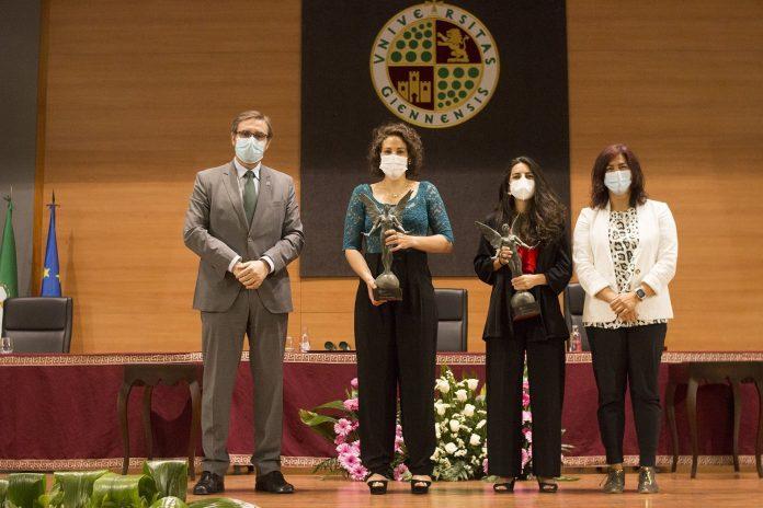 Carmen Cano y María de los Ángeles Ruiz recogiendo el reconocimiento 'Natural de Jaén' en el Aula Magna de la UJA./ UJA