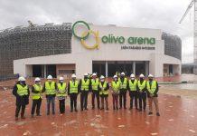 Autoridades políticas y deportivas ante el Olivo Arena/RFAF.