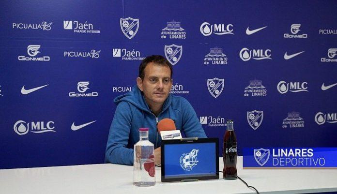Alberto González, entreandor del Linares Deportivo, en rueda de prensa