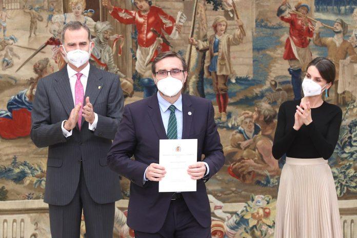 El trofeo de los premios han sido entregados este martes en el Palacio Real de El Pardo en un acto presidido por Sus Majestades los Reyes de España. / UJA