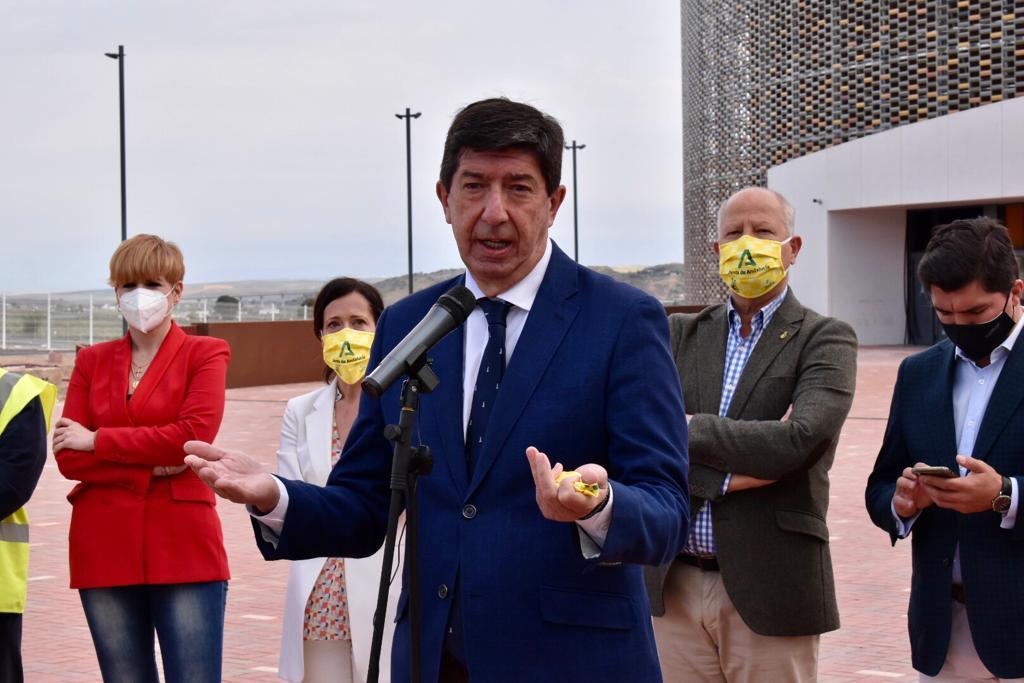 El vicepresidente de la Junta de Andalucía, Juan Marín, atiende a los medios de comunicación durante su visita al Olivo Arena.
